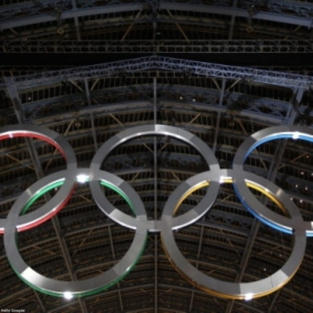 The Olympics rings unveiled in St Pancreas station